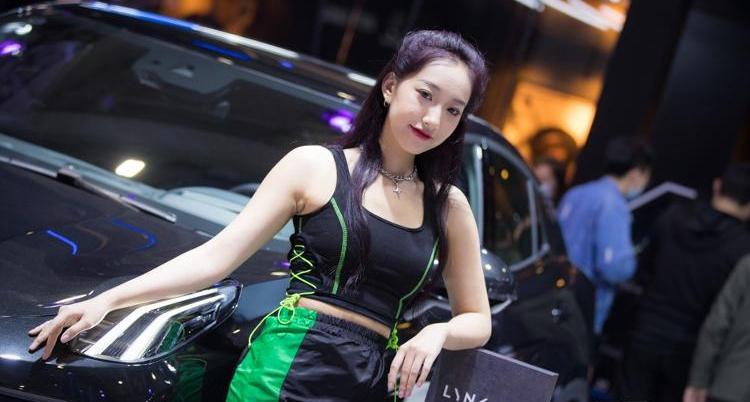 齐鲁国际车展开幕 豪车和车模尤为亮眼