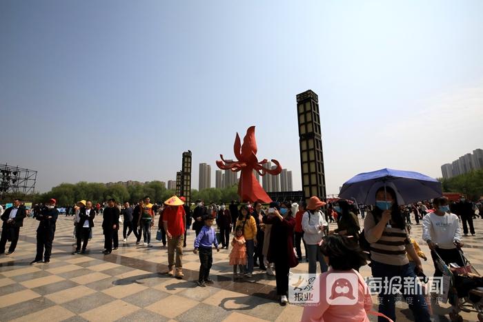 现场|牡丹节开幕后首个周末 菏泽各大牡丹园迎来客流高峰