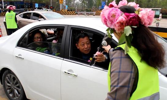送您一支美丽的牡丹花!菏泽给外地游客送惊喜