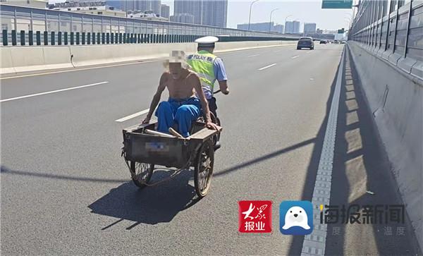 暖新闻 八旬老人误上高架 临沂北城交警蹬三轮送其回家