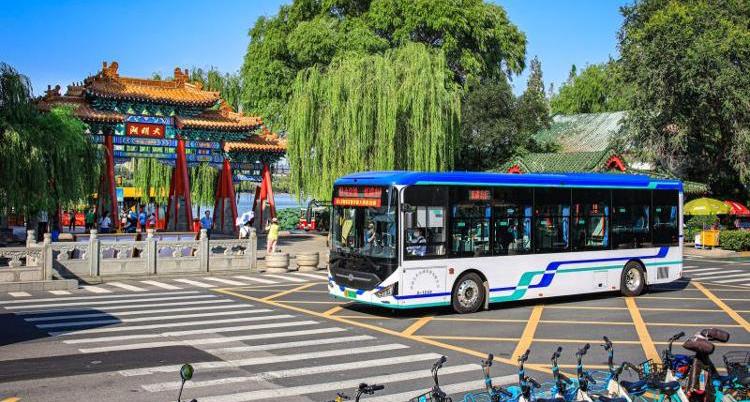 百辆新能源公交车亮相泉城街头