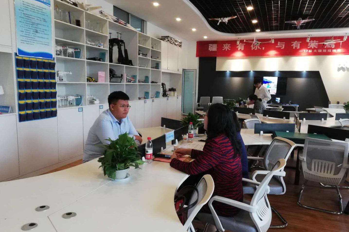 """济南信息工程学校首届无人机订单班校招 26家企业""""抢""""31名毕业生"""