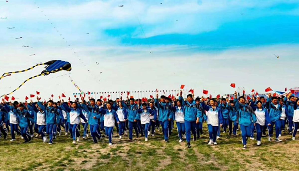 国际风筝会赛场,潍坊师生唱响祖国赞歌!