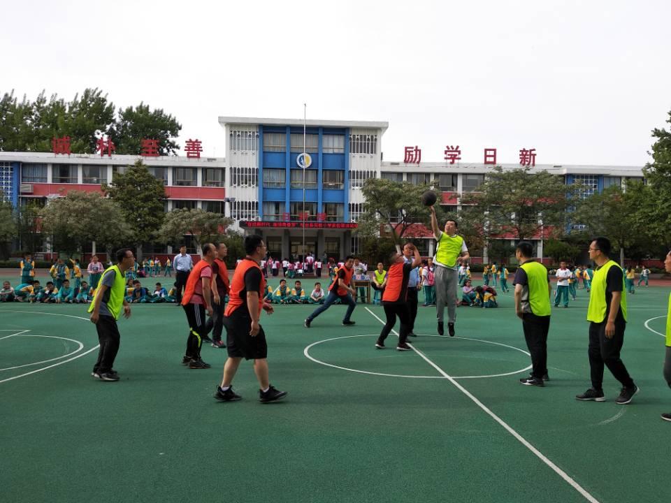 """桓台县实验小学 举行""""奋进新时代 激扬青春梦""""家校篮球友谊赛"""