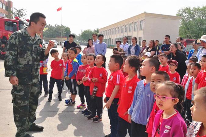 """东营市乐慧幼儿园开展""""致敬消防员叔叔""""社会实践活动"""