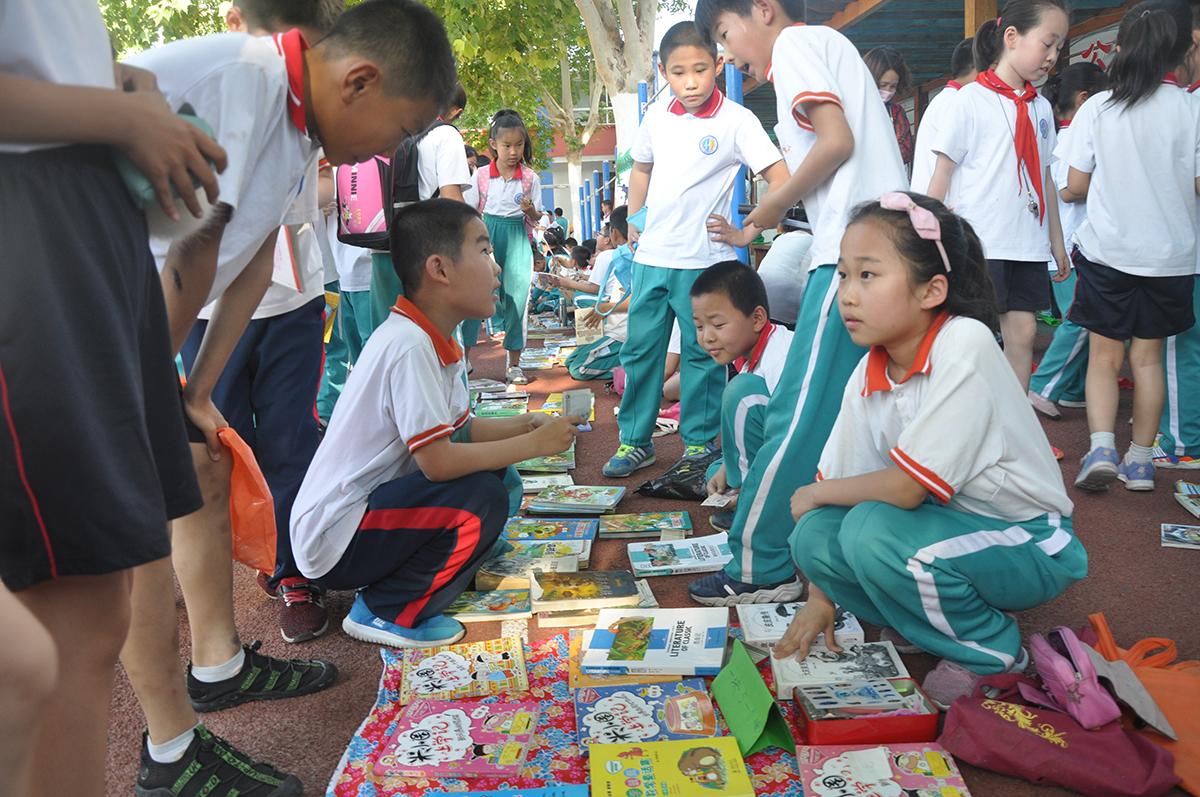 """桓台县实验小学举行""""图书跳蚤市场""""活动"""
