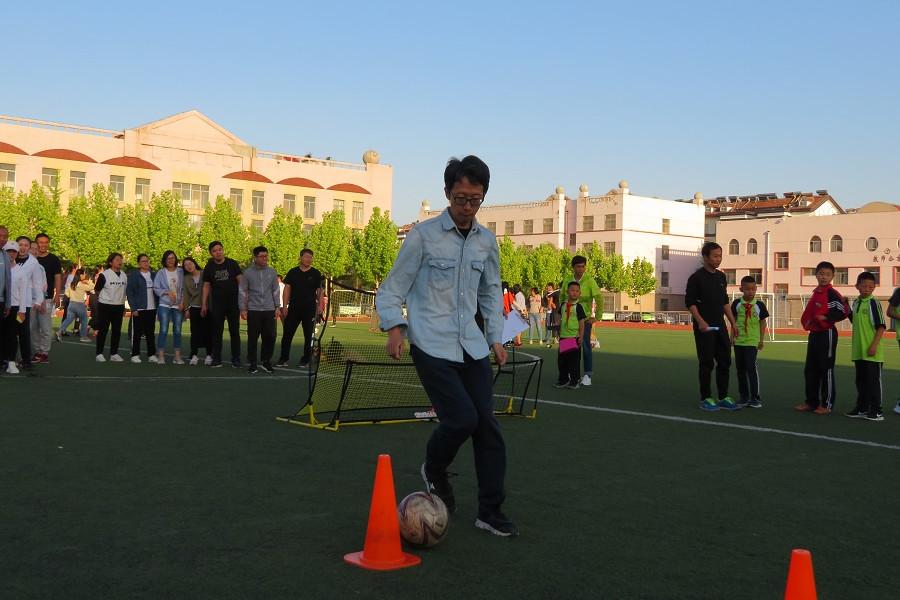 东营市育才学校举办教师足球趣味活动