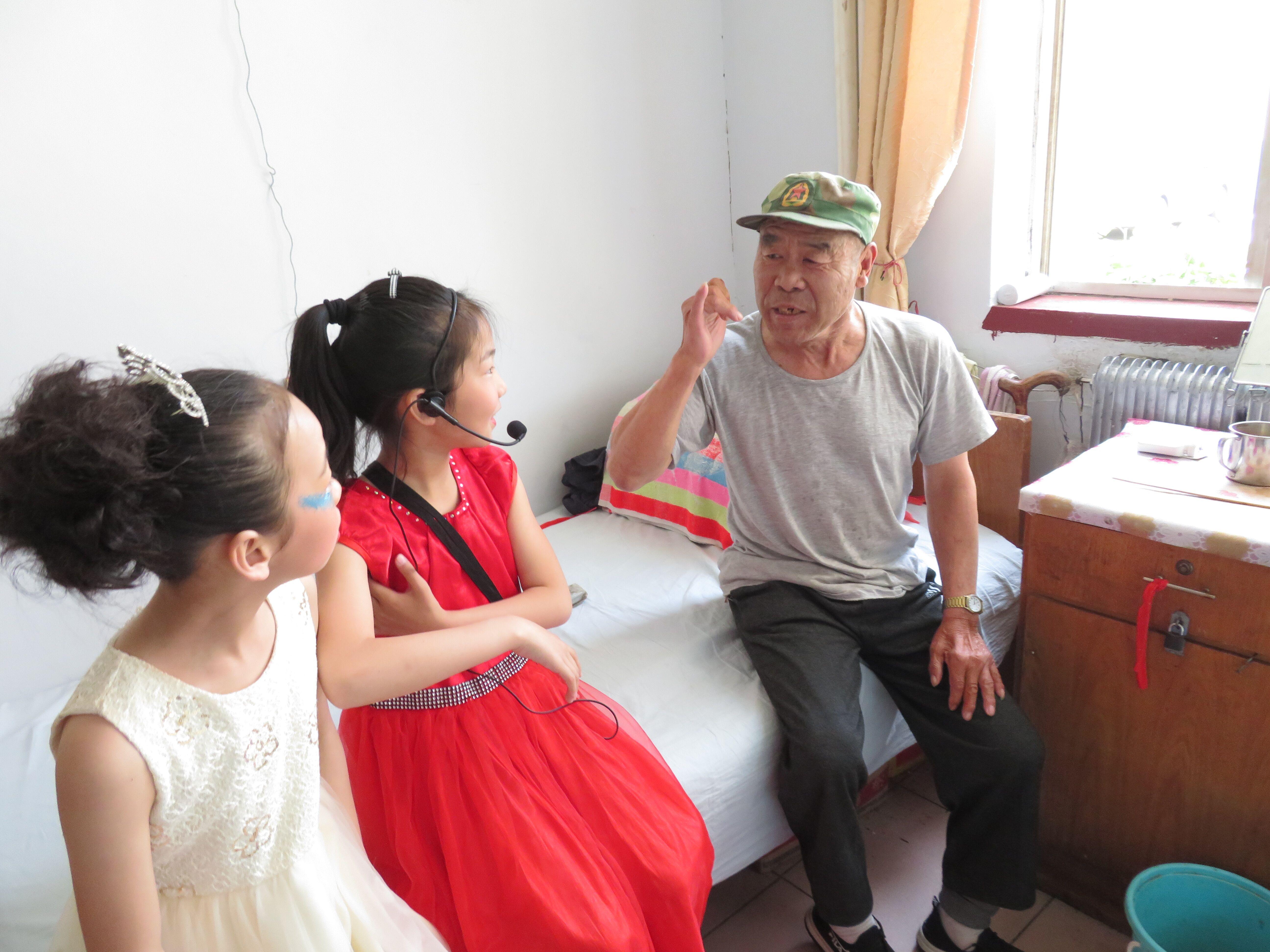 牵手夕阳红 共度儿童节 ——羊岚小学开展庆六一儿童节公益实践行活动