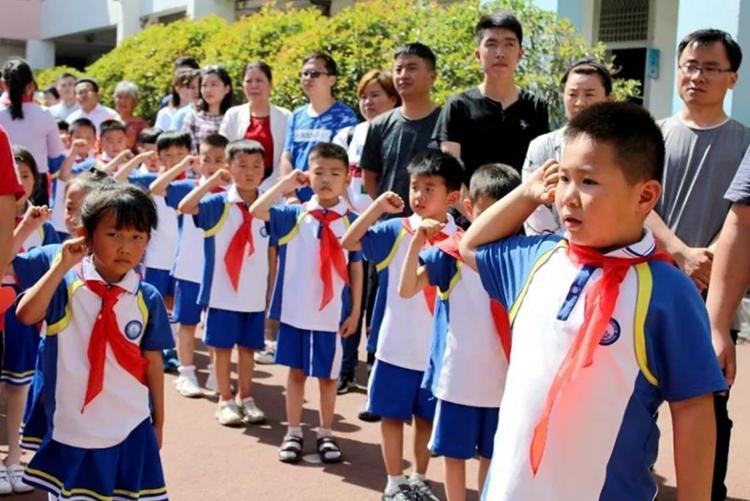 """济南市清河实验小学举行""""我与祖国共成长 争做小小追梦人""""新队员入队仪式"""