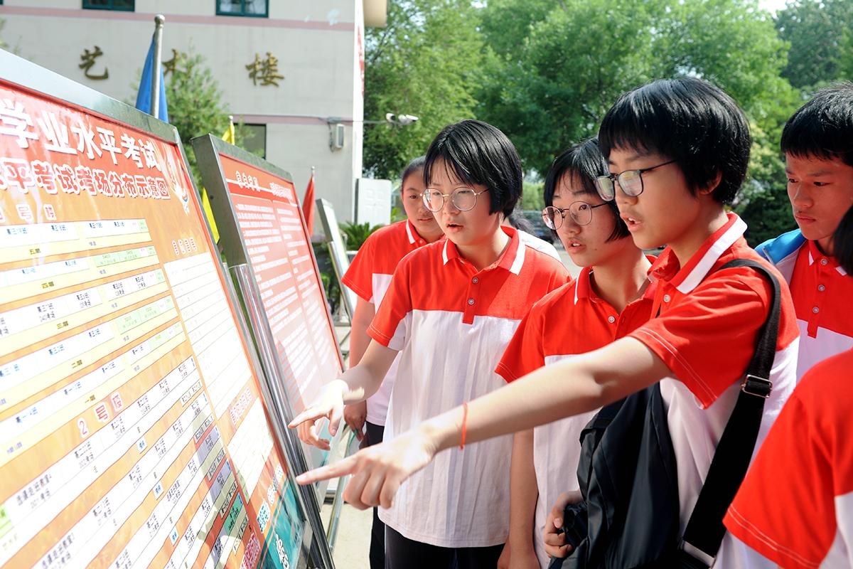 济南中学中考考点:44个考场准备就绪 考生有序看考场