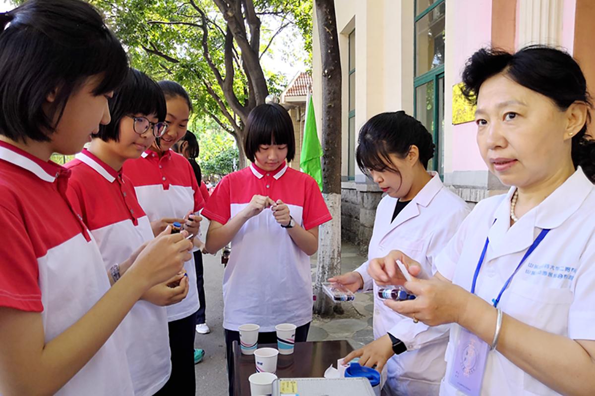 中考首日高温35℃ 济南中学考点凸显人性化