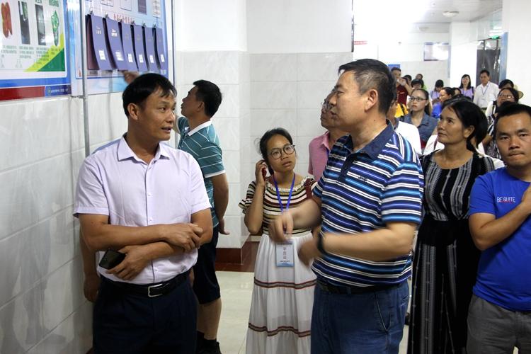 海南省白沙县高中教师到济南中学参观交流