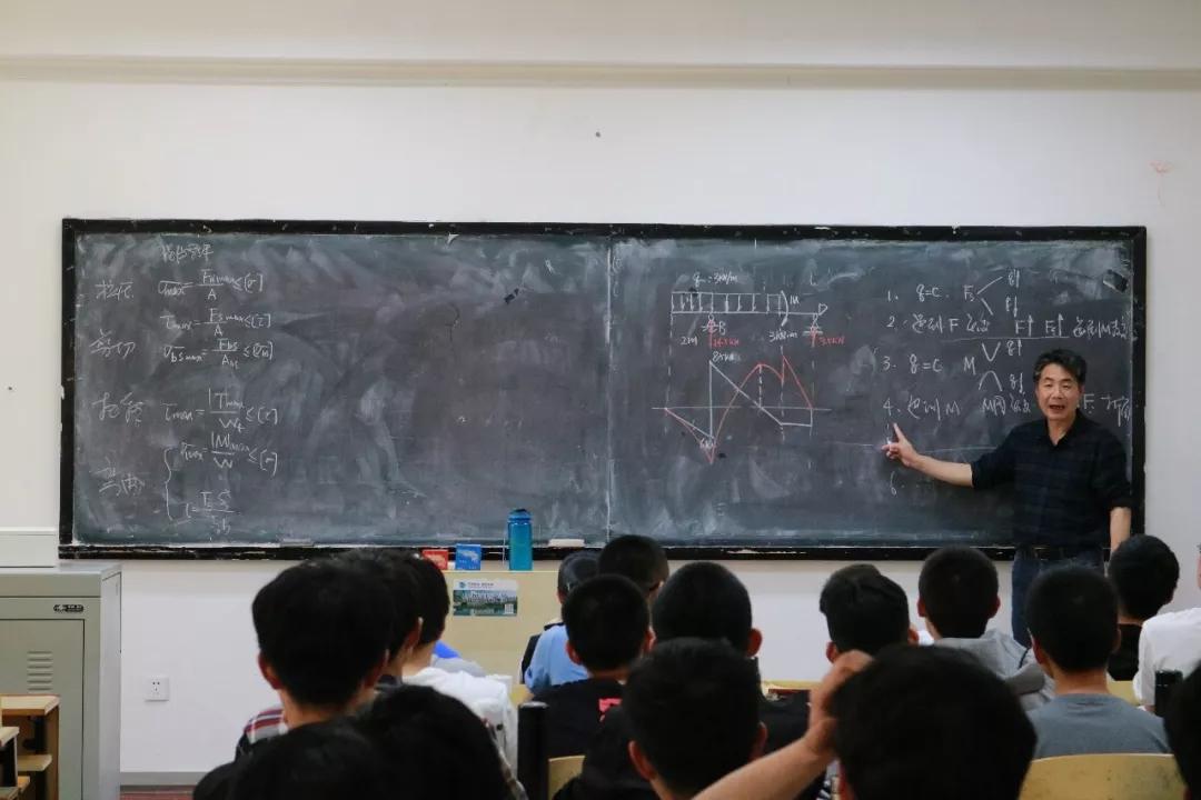 一支粉笔,书写一生热爱,青大的这位老师用板书求索力学人生