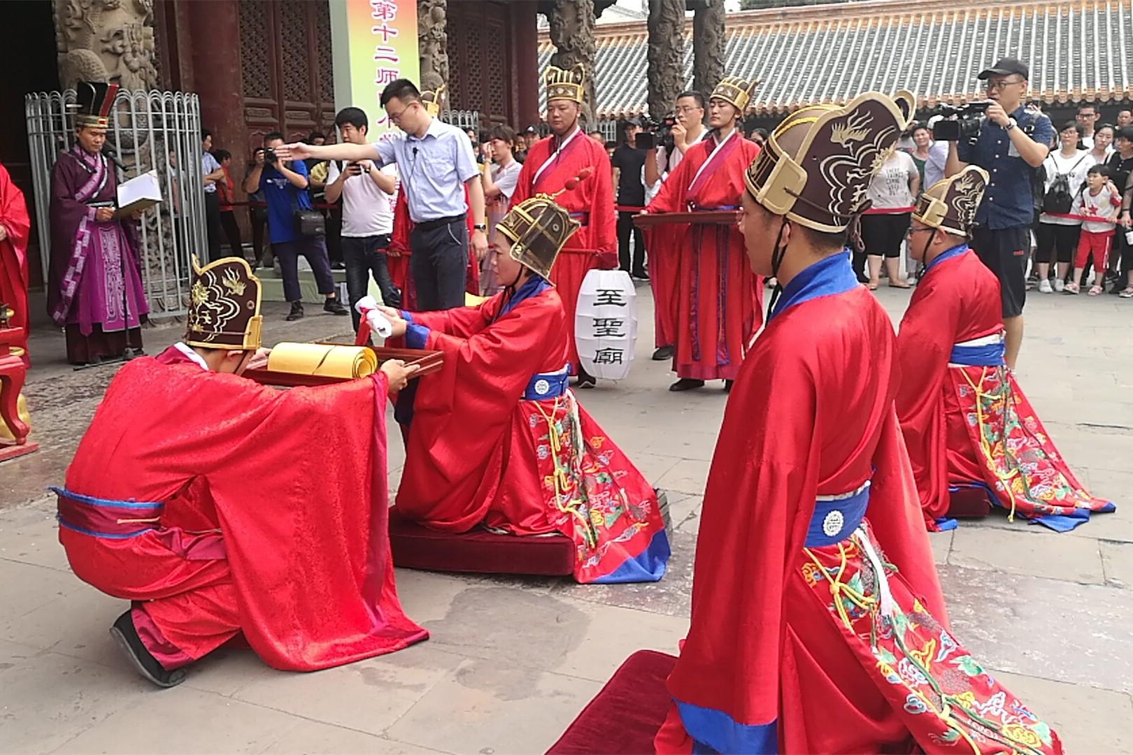 援疆相伴齐鲁行 新疆兵团十二师师生举行祭孔仪式