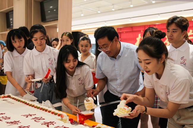 第35个教师节,山东艺术学院新老教师相聚校园共享甜蜜