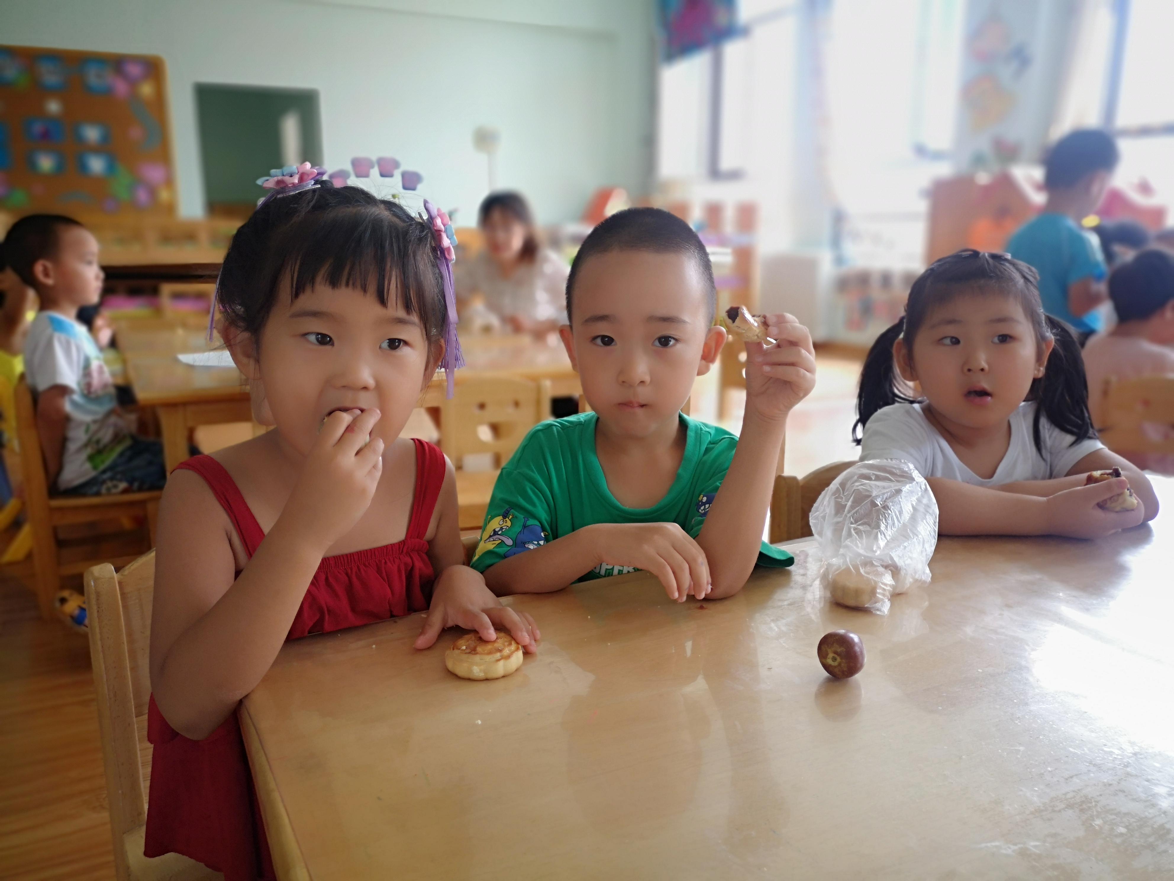 威海荣成市桃园街道中心幼儿园携手社区、家长共庆仲秋节
