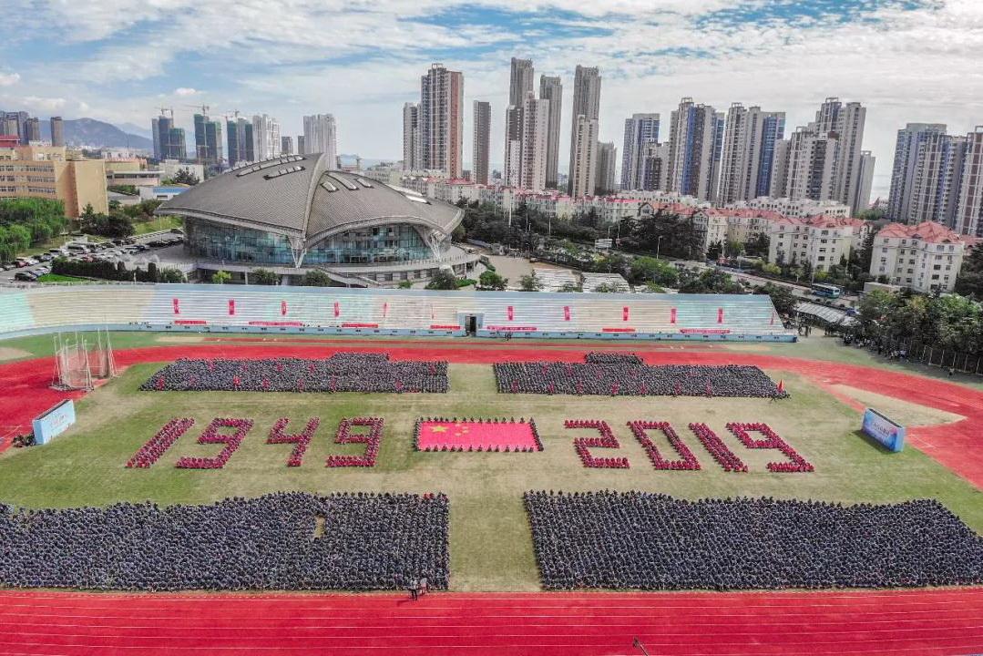 我爱你中国!青大新生军训巨型方阵向祖国献礼