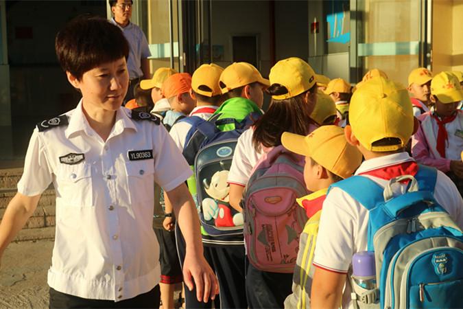 威海荣成市石岛湾中学组织校车疏散演练