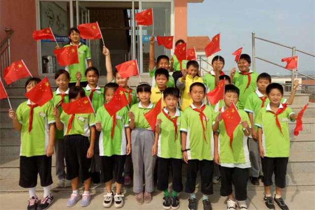 """威海荣成市第二十七中学区中小学举行""""我和国旗合个影""""活动"""