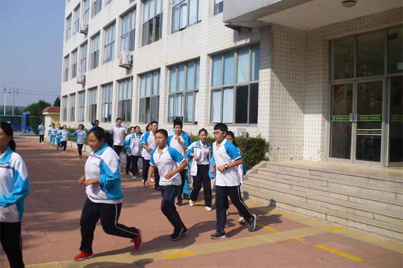 威海荣成市第三十三中学开展防踩踏应急疏散演练活动