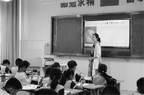 江山实验学校用上了先进的一体化教学机。
