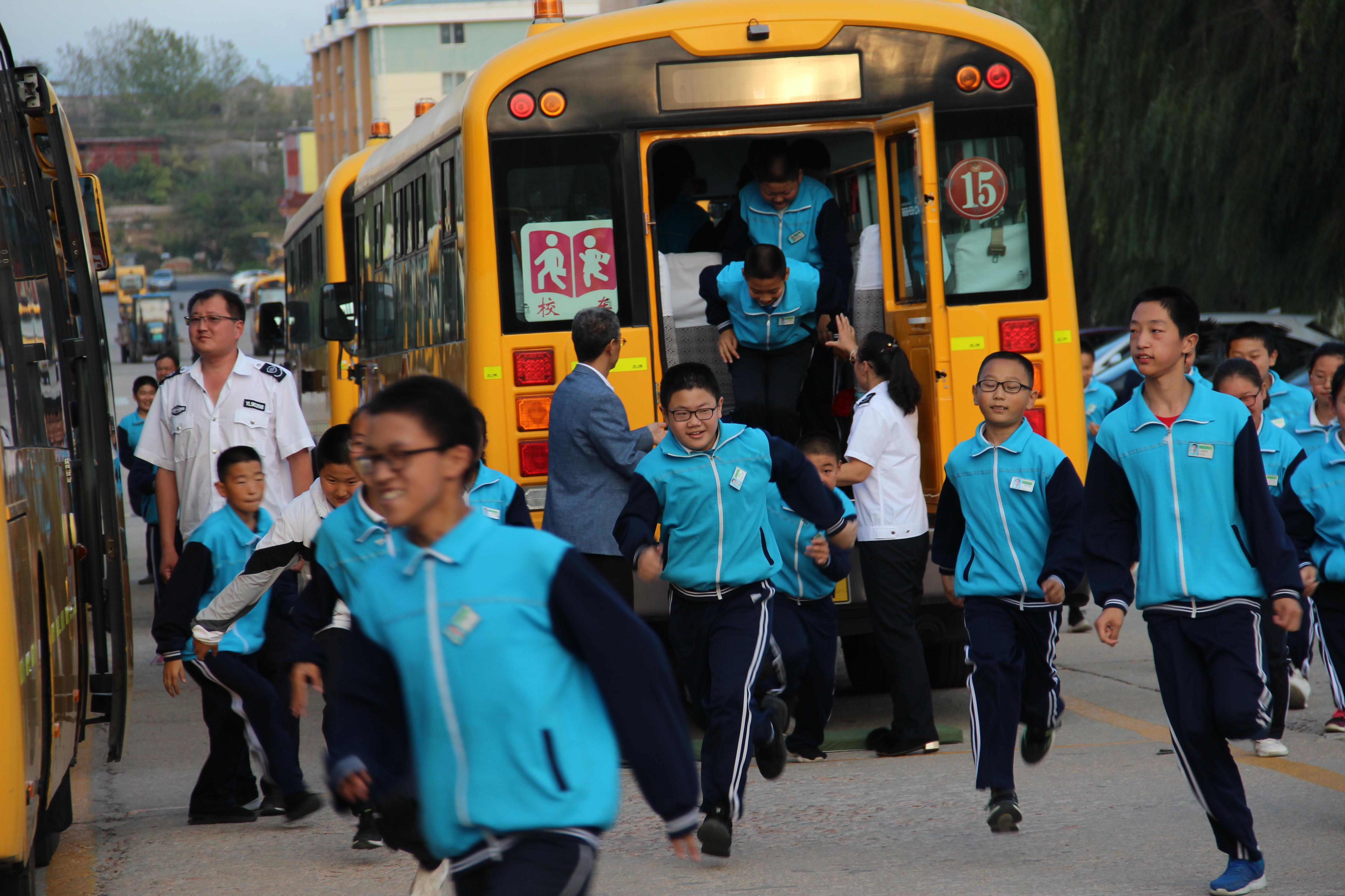 威海荣成市第二十七中学举行校车安全疏散演练