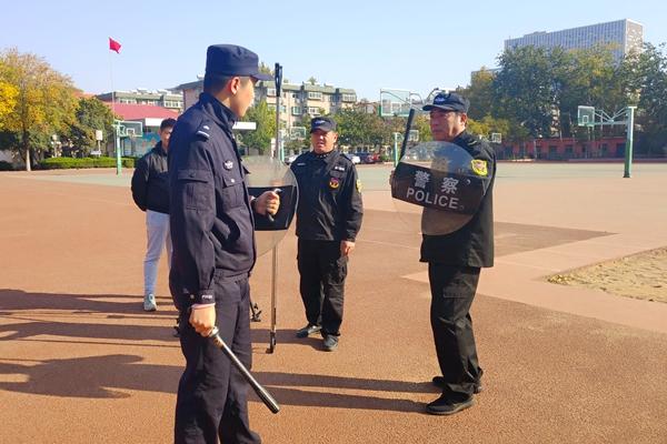 济南中学开展防外来暴力侵害应急演练 安保人员真招实练