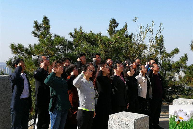 """威海荣成市石岛湾中学党员走进""""荣成烈士陵园""""开展主题教育活动"""