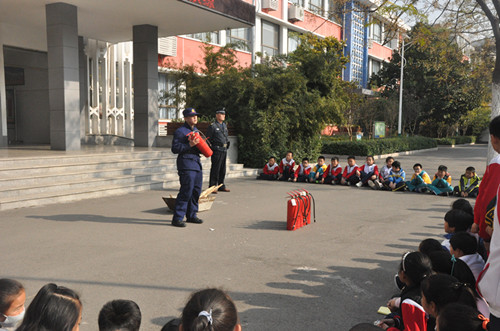 淄博市桓台县实验小学举行灭火器使用培训