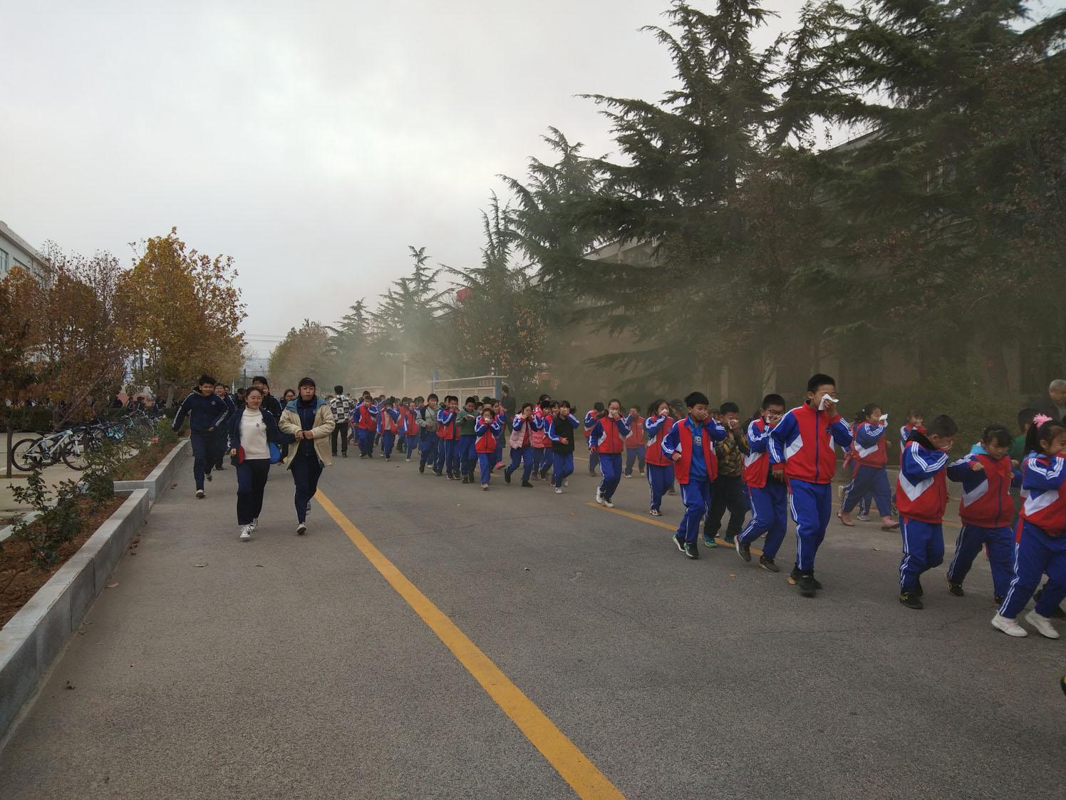 烟台招远张星学校举行消防应急疏散演练打造平安校园