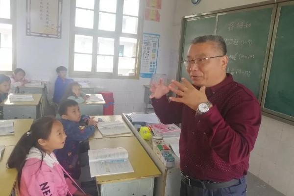 """曲洪亮: 湖南湘西支教, 诠释""""不忘初心"""""""