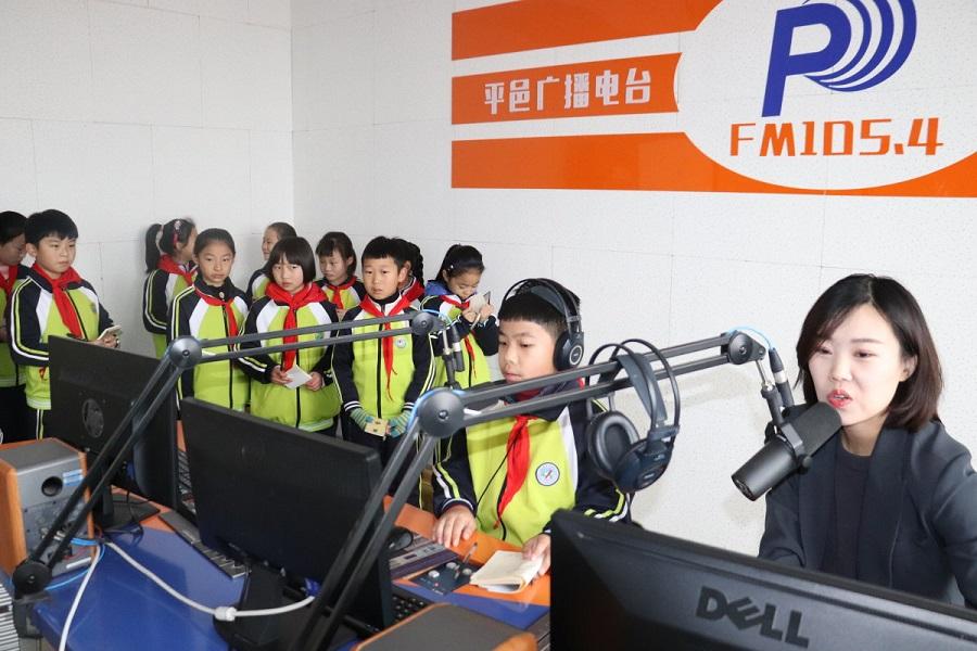 临沂市平邑县红领巾广播员到县广播电视台开展社会实践活动