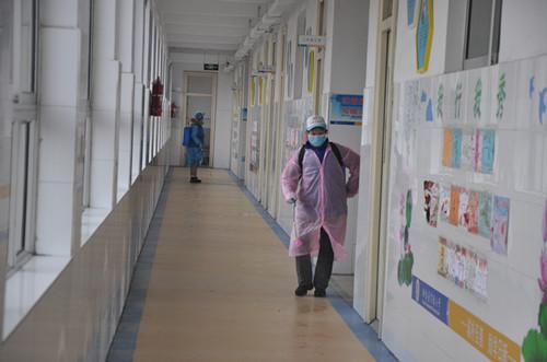 桓台红十字应急救援队到县实验小学开展义务消毒