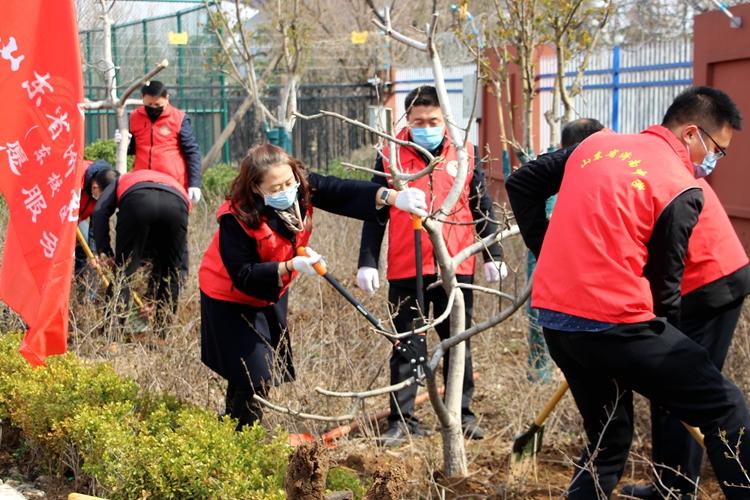 """济南中学举行""""携手抗疫情 共同添绿意""""党员植树活动"""