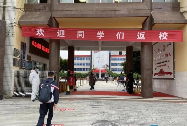 直击菏泽多所中学初三开学第一天!校园熟悉的读书声回来了...