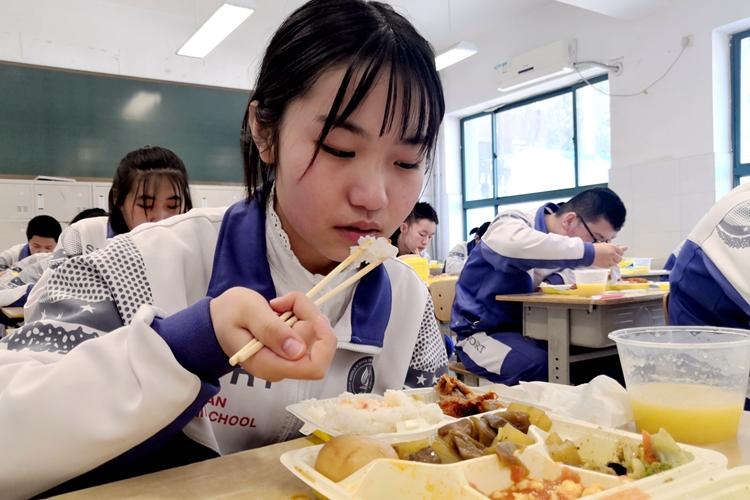 """济南中学实施""""暖心工程""""改善补贴学生膳食"""