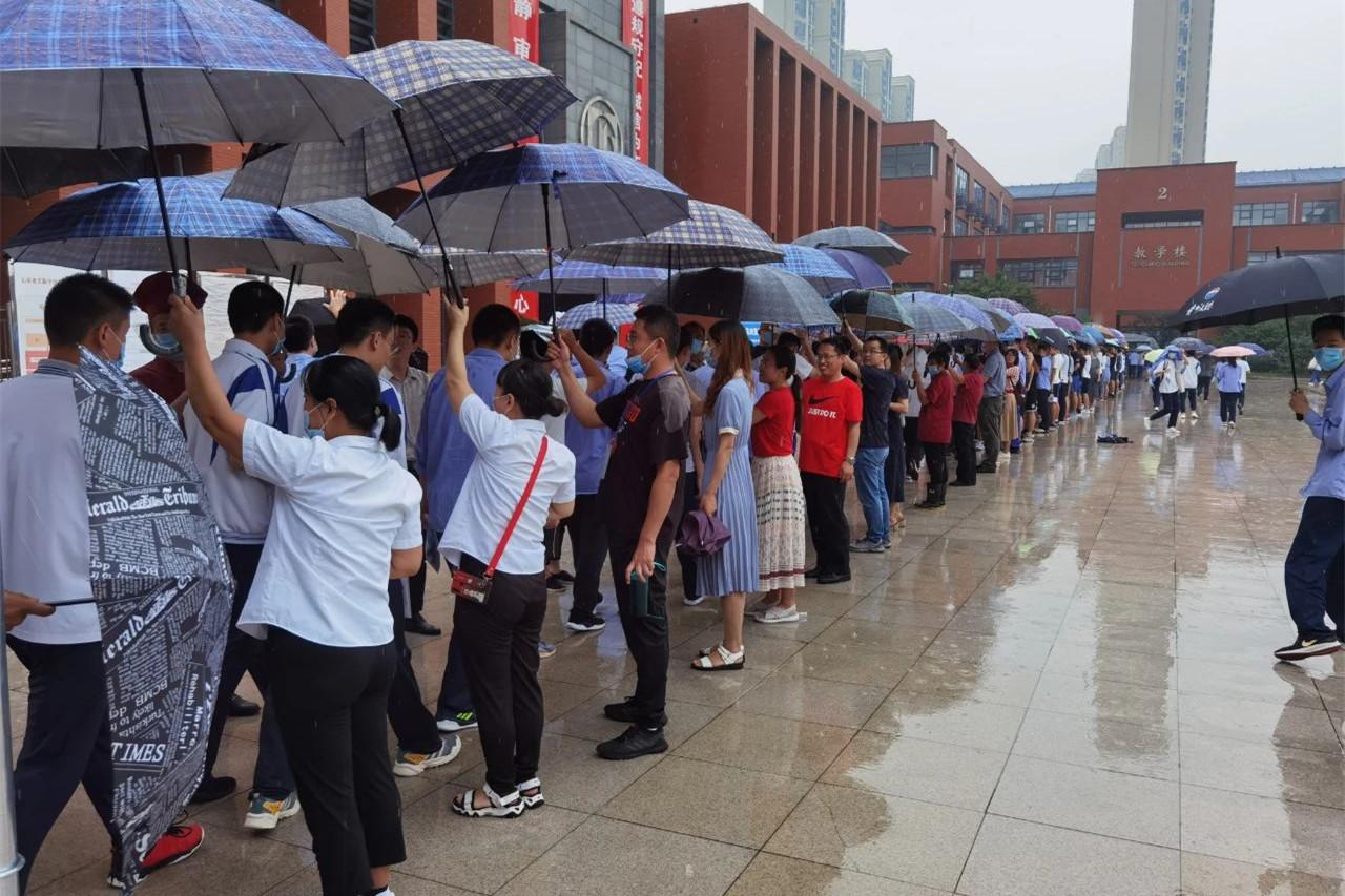 济南高考进行时:下雨天不怕 我们罩着你!