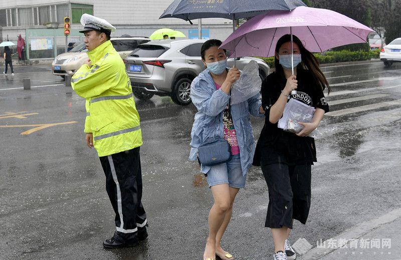 高考第3日济南降大雨  家长冒雨考场外守候