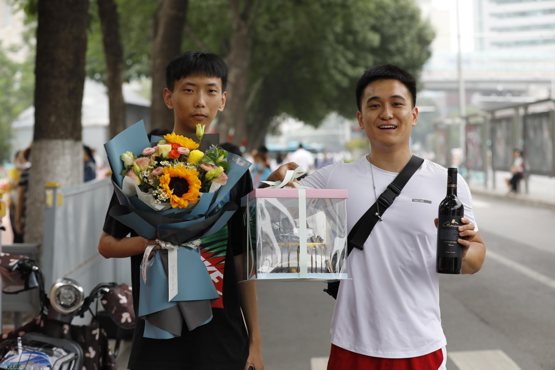 高考最后一日 鲜花、拥抱、笑脸迎接考生归来