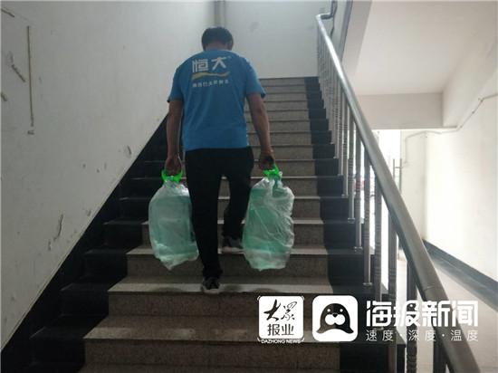 济宁送水工一天拎水近4吨 养活一家四口  第1张
