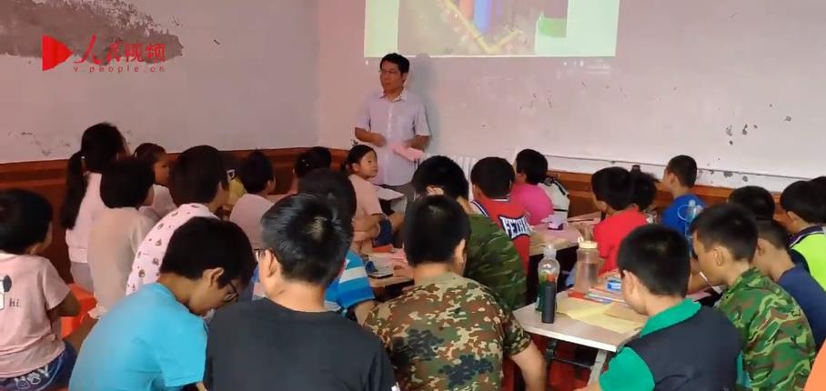 留守儿童长大后回乡办学堂 6年教300个留守学生