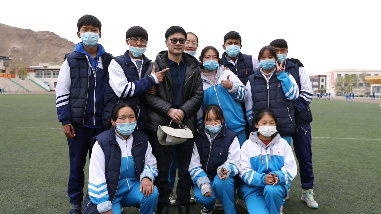 """藏族孩子们心中的汉族""""老爸"""" ——记山东青岛援藏教师尚成立"""