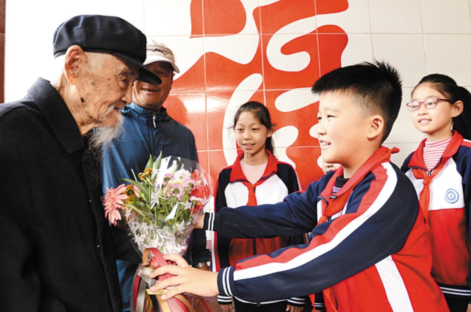 把鲜花送给百岁老人