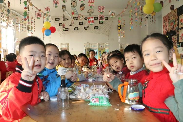 """""""走进腊八走进年"""" 滨城区教育实验幼儿园快乐过节日"""