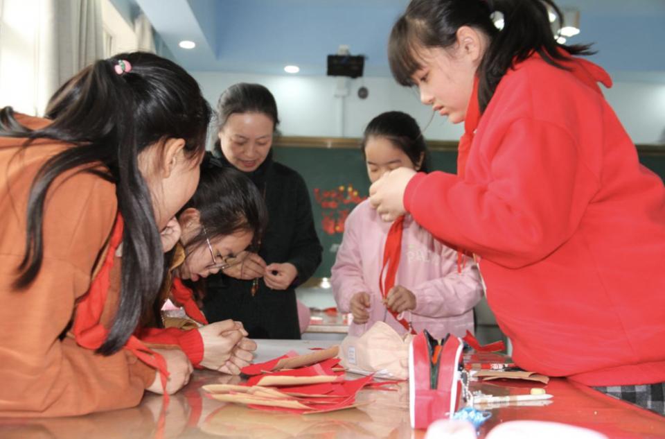 巧手妙剪 ,巾帼献礼!济南七里山小学举行主题剪纸活动