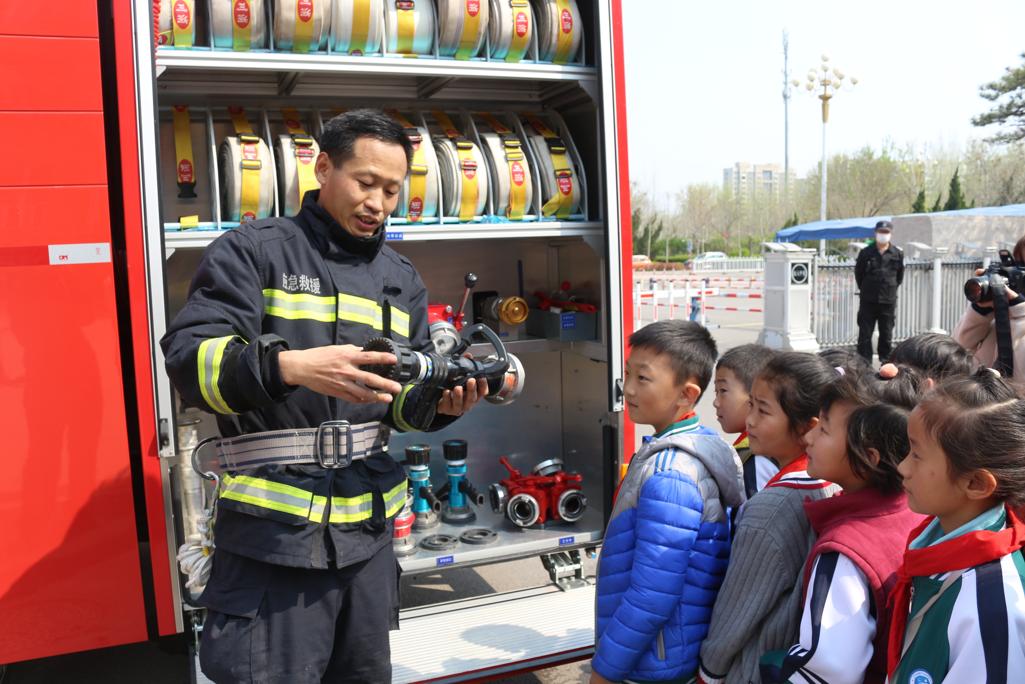 消防员亲身示范 东营经济技术开发区英才小学开展消防安全体验课