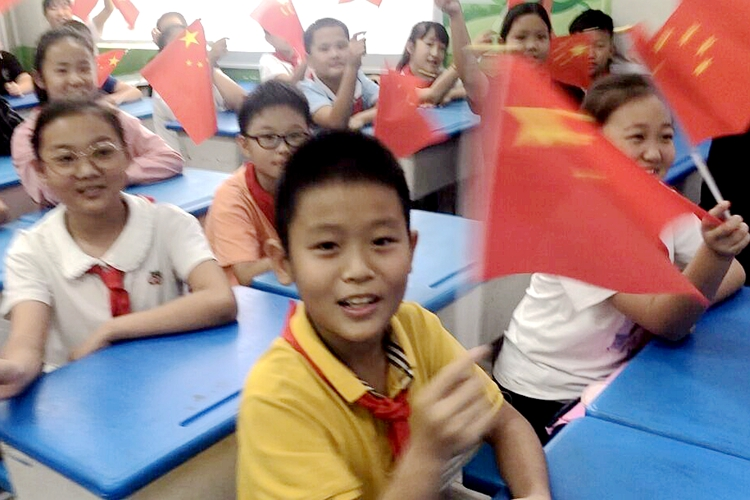 济南市滨河小学师生收看神舟十二号载人飞船返回地球直播
