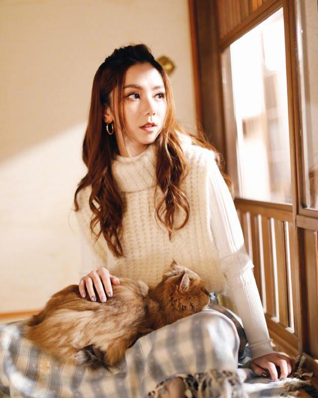 邓紫棋怀抱猫咪享受快乐时光:它好像挺喜欢我