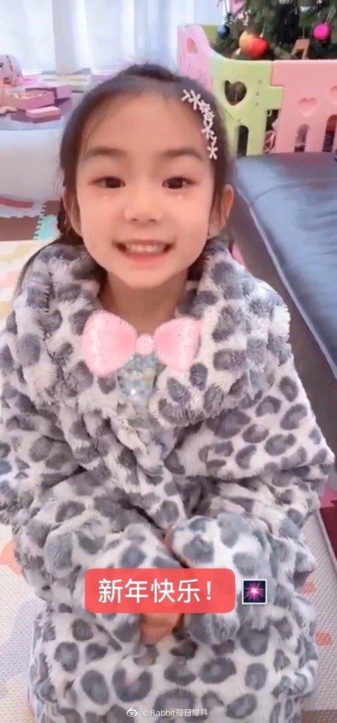 lucky5岁生日 戚薇晒女儿拜年视频 小奶音超萌