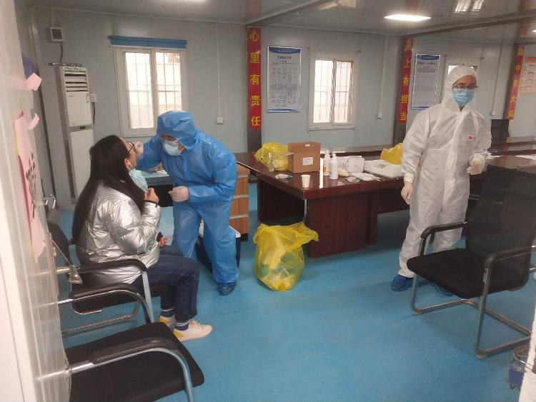 工人正在进行新冠肺炎病毒核酸检测